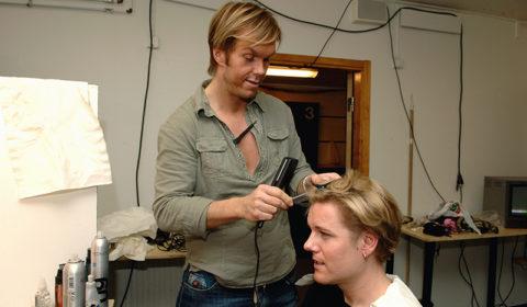 Martin fixar håret inför Melodifestivalen